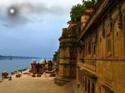 நர்மதை நதிக்கரையோரத்தில் அச்சுறுத்தும் ஓர் அவதாரக் கோட்டை!