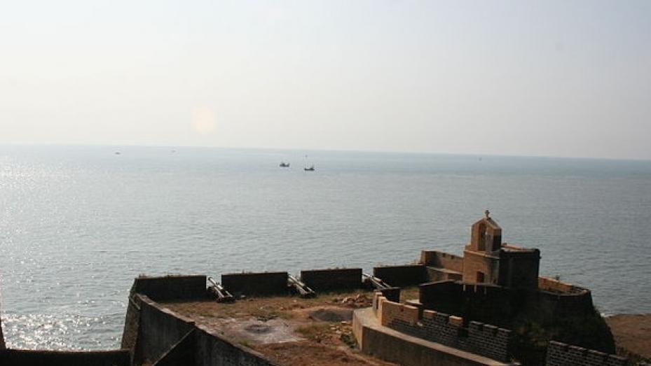 கடற்கரை ஓரத்தில் கண்கவர் கோட்டை... அசத்தும் அழகு பார்க்கப் போலாமா ?